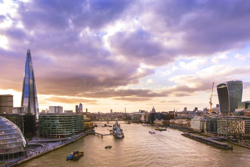 Vista panorâmica da skyline de Londres no por do sol foto de stock royalty free