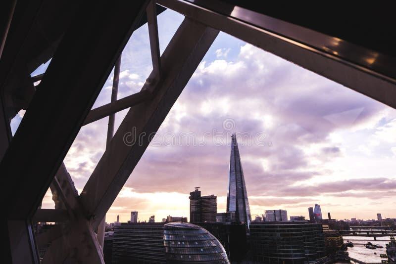 Vista panorâmica da skyline de Londres no por do sol, vista do interior da ponte da torre foto de stock