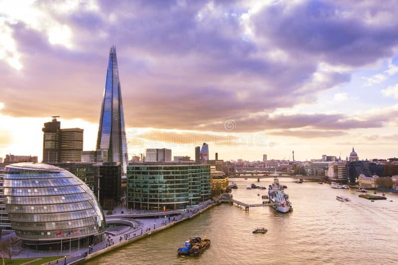 Vista panorâmica da skyline de Londres no por do sol O estilhaço e a câmara municipal imagem de stock royalty free