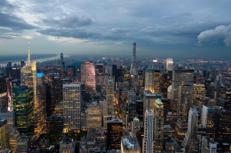 Vista panorâmica da skyline de Manhattan na noite fotos de stock