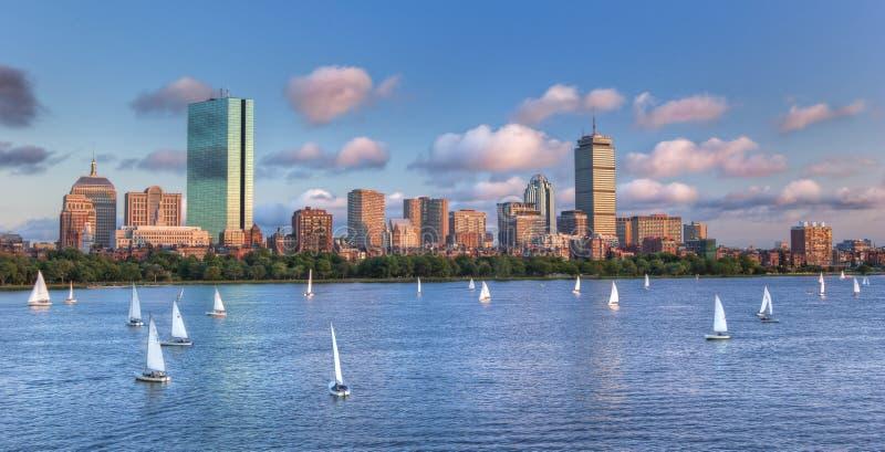 Vista panorâmica da skyline do theBoston através de Charles River Bas foto de stock