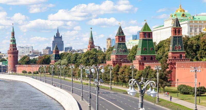 Vista panorâmica da terraplenagem do Kremlin em Moscou fotos de stock