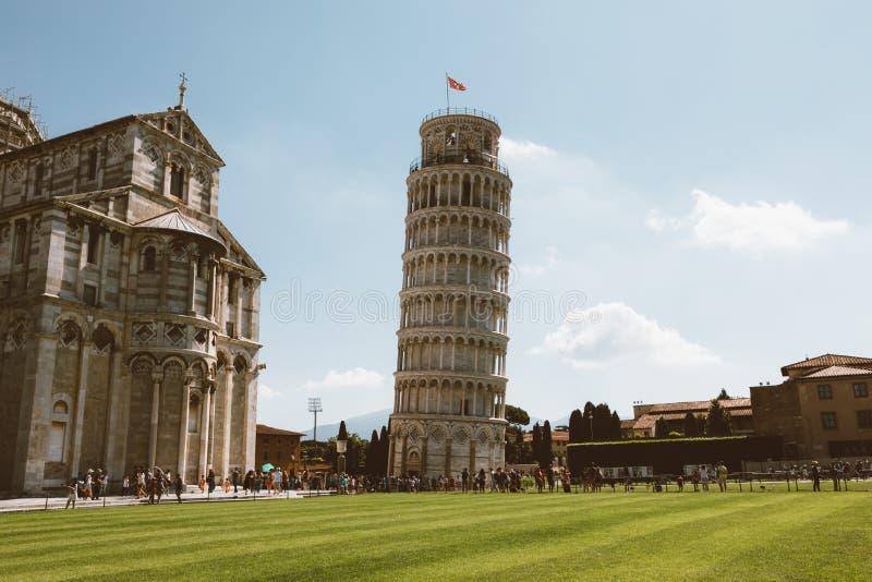 Vista panorâmica da torre inclinada de Pisa ou da torre de Pisa imagens de stock royalty free