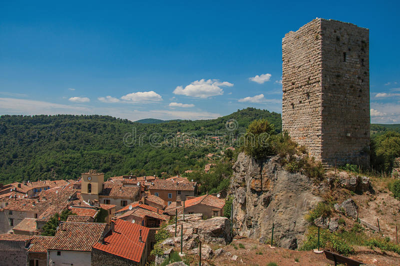 Vista panorâmica da torre sobre o monte com Châteaudouble embaixo fotografia de stock