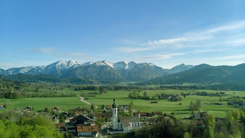 Vista panorâmica da vila bávara na paisagem bonita perto dos cumes fotografia de stock