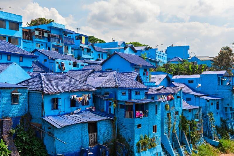 Vista panorâmica da vila com as casas pintadas na cor azul fotografia de stock