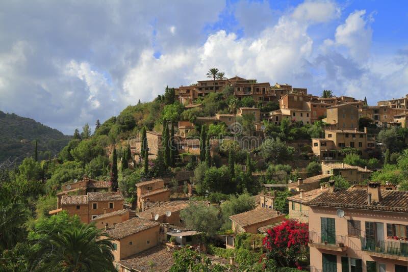 Vista panorâmica da vila mediterrânea de Deja em Majorca, Espanha fotos de stock