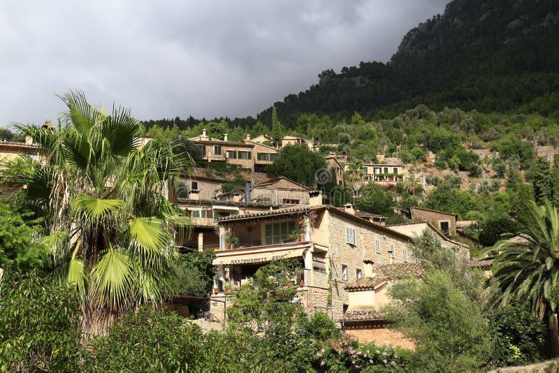 Vista panorâmica da vila mediterrânea de Deja em Mallorca, Espanha fotografia de stock royalty free