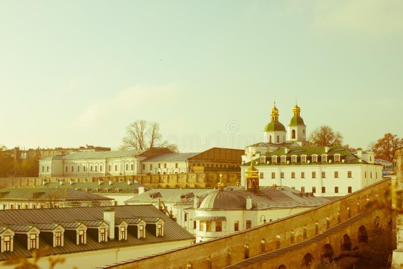 Vista panorâmica das cavernas distantes e próximas do monastério cristão antigo em Kiev, Ucrânia Kiev-Pechersk Lavra fotos de stock
