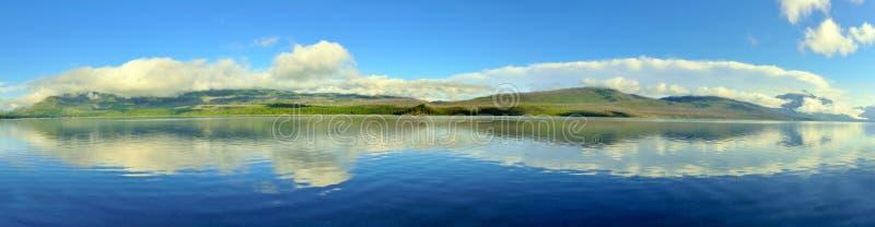 Vista panorâmica das montanhas e do lago McDonald no parque nacional de geleira imagem de stock royalty free