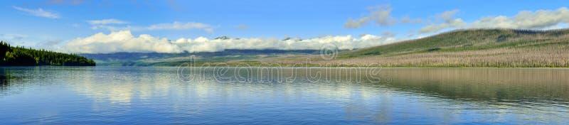 Vista panorâmica das montanhas e do lago McDonald no parque nacional de geleira foto de stock