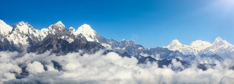 Vista panorâmica das montanhas na escala Himalaia, Nepal foto de stock