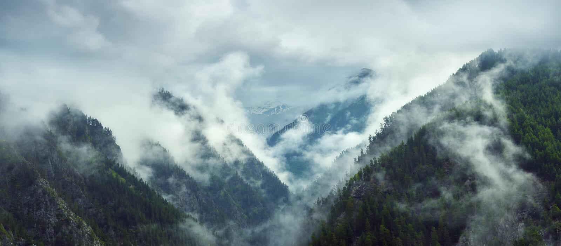 Vista panorâmica das montanhas no amanhecer imagem de stock royalty free