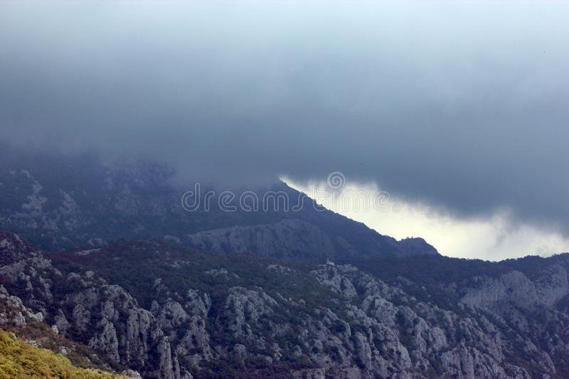 Vista panorâmica das montanhas verdes altas em Montenegro fotografia de stock royalty free