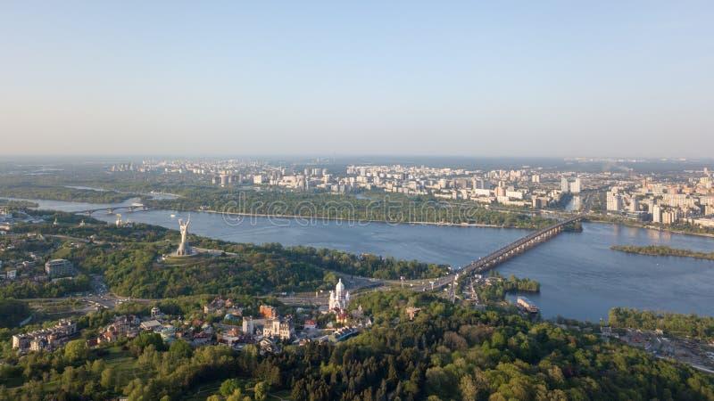 Vista panorâmica de vista aérea da cidade da peça de Kiev do jardim botânico e do rio de Dnieper Foto do zangão foto de stock