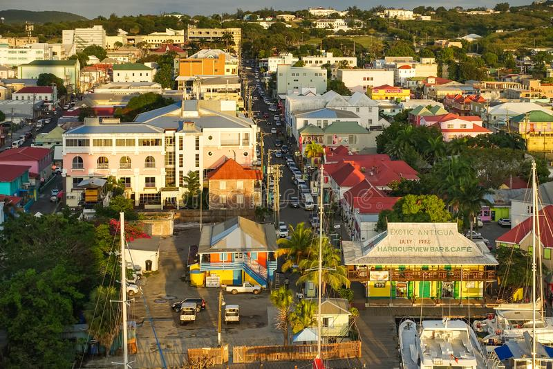 Vista panorâmica de ANTÍGUA, Antígua e Barbuda do porto de Antígua no por do sol visto do navio de cruzeiros fotos de stock royalty free
