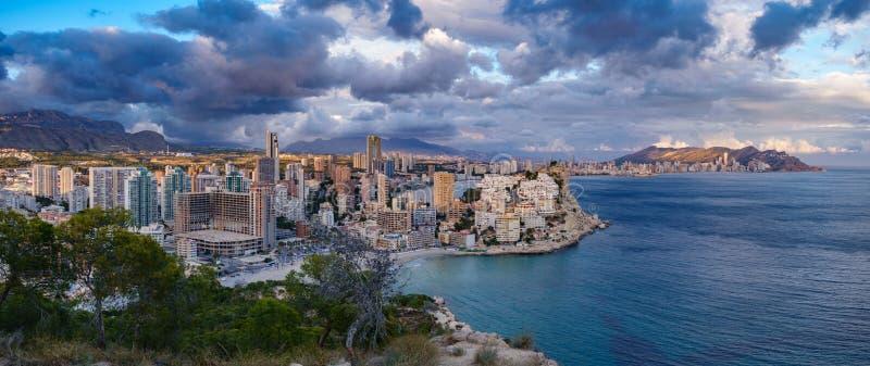 Vista panorâmica de Benidorm com construções e o mar altos fotos de stock royalty free