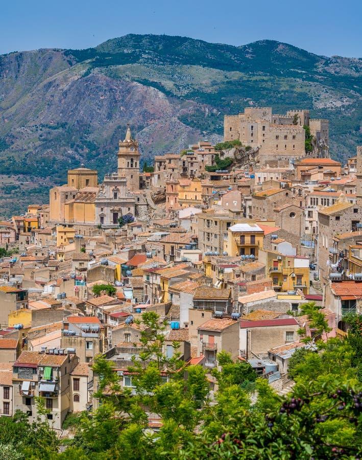 Vista panorâmica de Caccamo, cidade bonita na província de Palermo, Sicília fotos de stock