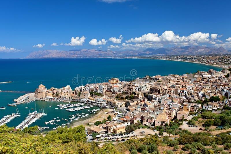 Vista panorâmica de Castellamare del Golfo - província de Trapani, Sicília, Itália imagem de stock