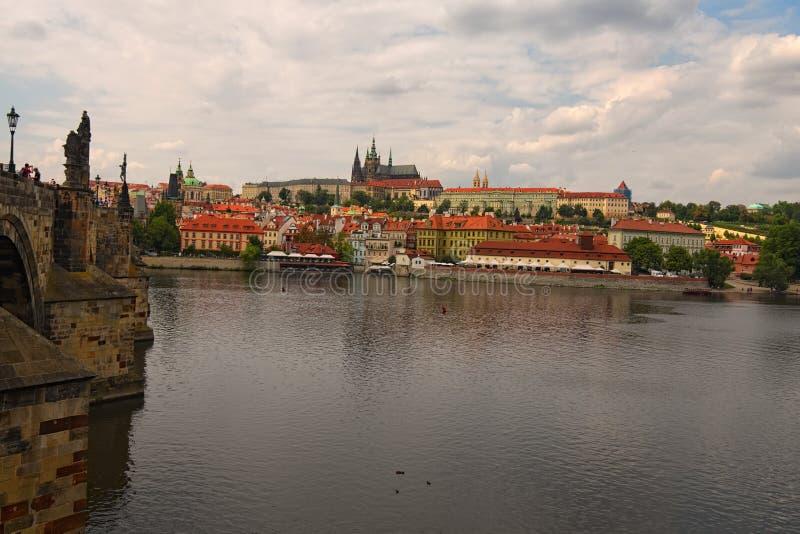 Vista panorâmica de Charles Bridge ao castelo de Praga com Saint Vitus Cathedral e as outras construções e rio históricos de Vlta imagem de stock royalty free