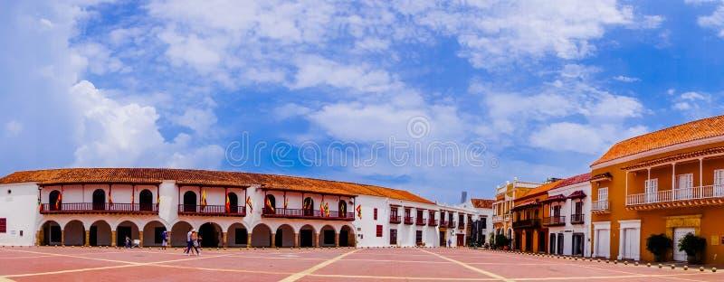 Vista panorâmica de construções coloniais velhas no quadrado de la Aduana da plaza em Cartagena de Índia, Colômbia imagem de stock
