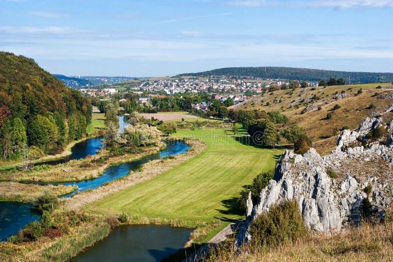 Vista panorâmica de Herbrechtingen e o rio Brenz do montanhês foto de stock royalty free