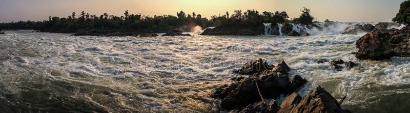 A vista panorâmica de Khone Phapheng cai no pôr do sol, si Phan Don, província de Champasak, Laos fotografia de stock