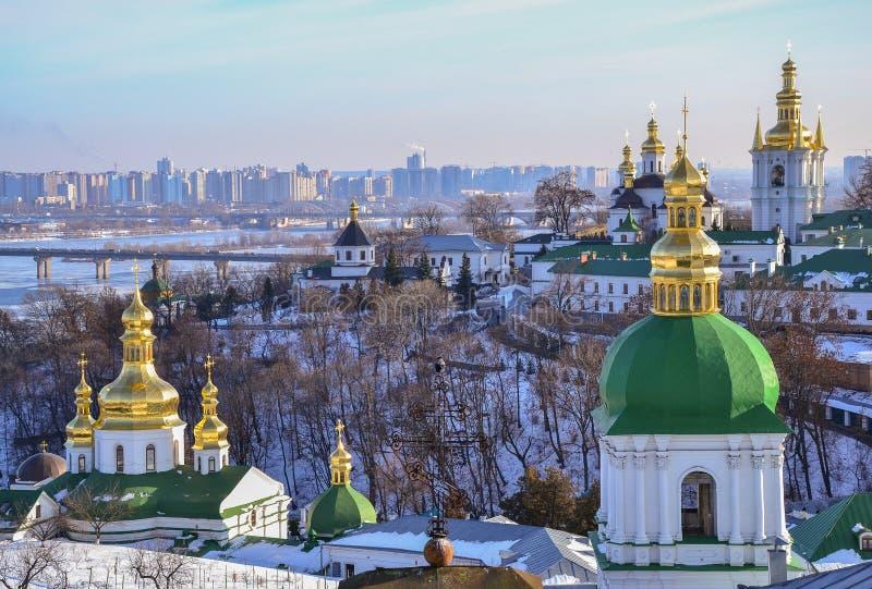 Vista panorâmica de Kiev Pechersk Lavra Monastery no inverno imagens de stock