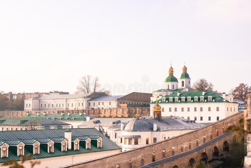 Vista panorâmica de Kyiv Pechersk Lavra na mola adiantada, Ucrânia imagens de stock