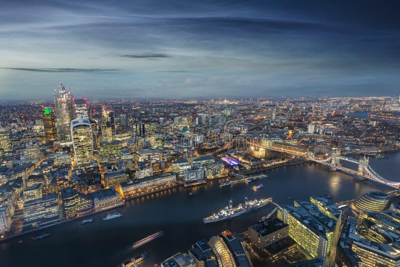 Vista panorâmica de Londres: da ponte da torre a Canary Wharf, Reino Unido imagens de stock