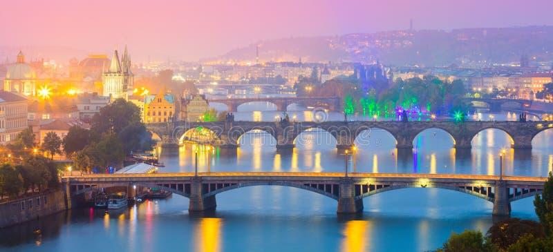 Vista panorâmica de marcos de Praga no pôr do sol ou na noite, a maioria de lugar popular fotos de stock royalty free