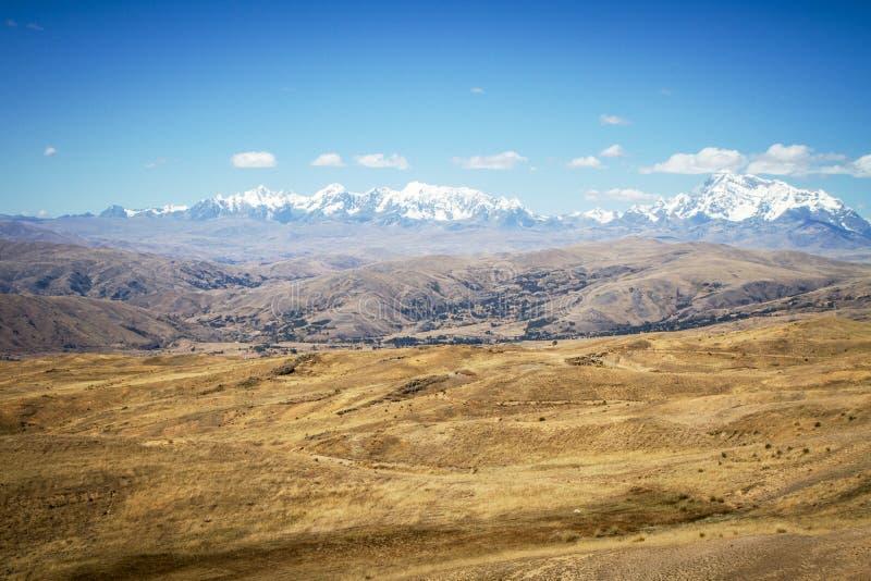 Vista panorâmica de montanhas altas espetaculares, Cordilheira, Andes, Peru, céu azul claro com algumas nuvens brancas foto de stock