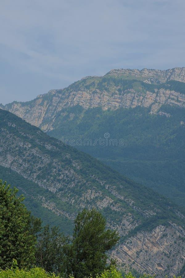 Vista panorâmica de montanhas Chartreuse nos cumes, Isère, França imagens de stock