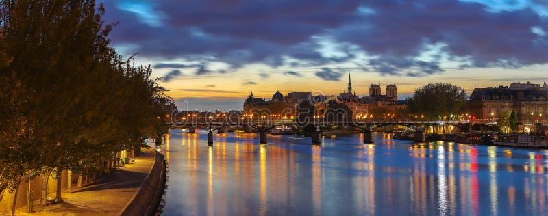 A vista panorâmica de Paris, Seine River, ponte das artes no amanhecer imagens de stock royalty free