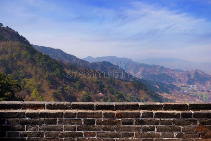 Vista panorâmica de picos de montanha e de uma vila da seção de Mutianyu do Grande Muralha de China, cercado perto foto de stock royalty free