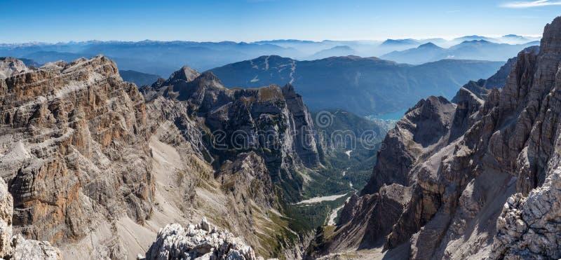 Vista panorâmica de picos de montanha famosos das dolomites, Brenta fotografia de stock