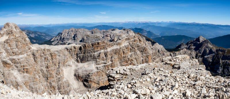 Vista panorâmica de picos de montanha famosos das dolomites, Brenta imagens de stock