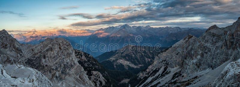 Vista panorâmica de picos de montanha famosos das dolomites, Brenta foto de stock