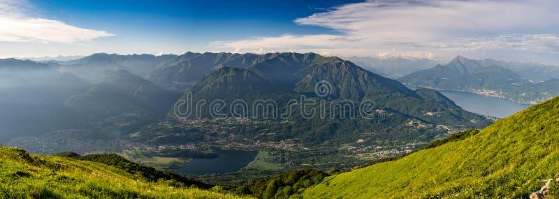 Vista panorâmica de Pizzo di Gino, de Monte Grona, de Monte Legnone, de lago Como e de montanhas circunvizinhas como visto de Mon imagens de stock