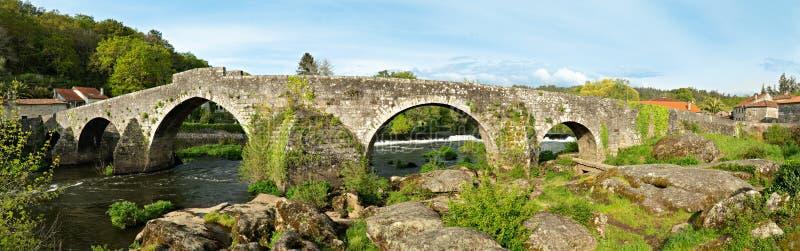 Vista panorâmica de Ponte Maceira e sua ponte de pedra velha fotos de stock royalty free