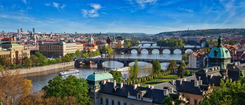 Vista panorâmica de pontes de Praga sobre o rio de Vltava de Letni P imagem de stock royalty free