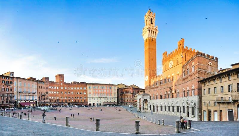 Vista panorâmica de Praça famosa del Campo em Siena no por do sol, Toscânia, Itália fotos de stock