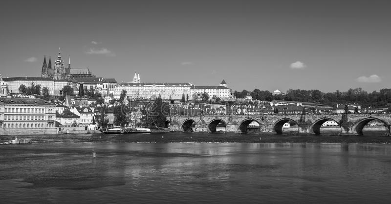 Vista panorâmica de Praga velha, monocromática fotografia de stock royalty free