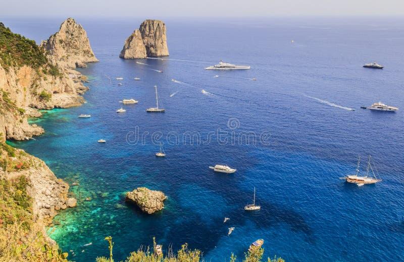 Vista panorâmica de rochas famosas de Faraglioni, a maioria de atração visitada do curso da ilha de Capri, Itália foto de stock
