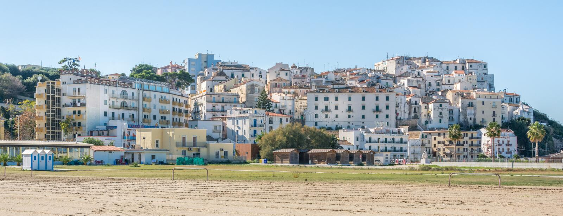 Vista panorâmica de Rodi Garganico, província de Foggia, Puglia Itália imagens de stock