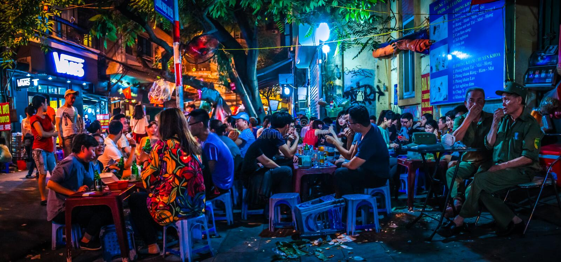 Vista panorâmica de ruas de Bia Hoi Junction, de Ta Hien e de Luong Ngoc Quyen no quarto velho de Hanoi, Vietname fotografia de stock royalty free