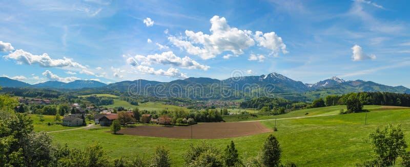 Vista panorâmica de Salzburg e de arredores, panorama costurado Áustria imagens de stock royalty free