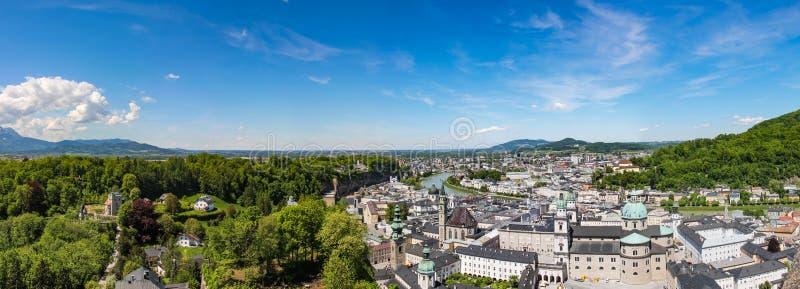 Vista panorâmica de Salzburg e de arredores, panorama costurado Áustria foto de stock