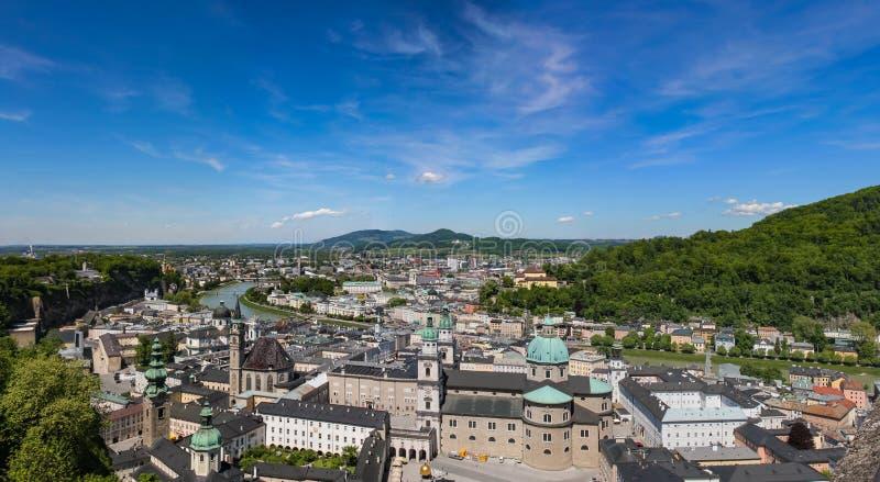 Vista panorâmica de Salzburg e de arredores, panorama costurado Áustria fotos de stock royalty free