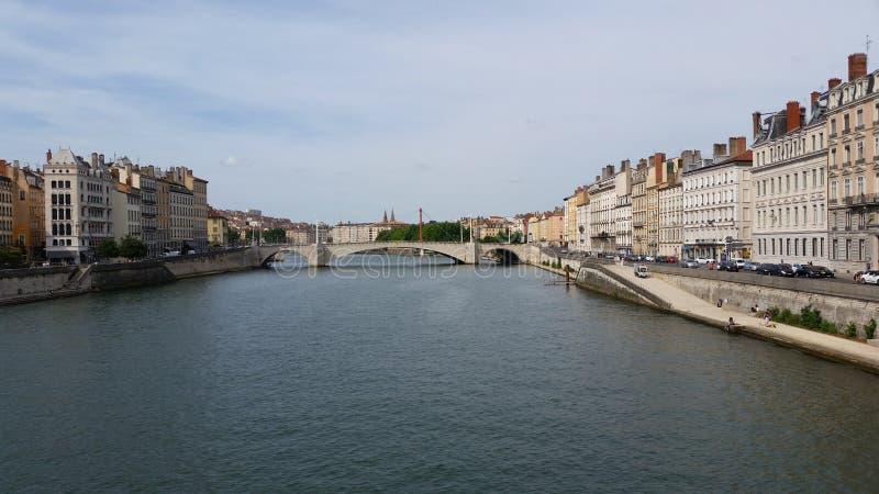 Vista panorâmica de Saone River e de Bonaparte Bridge imagem de stock